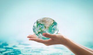 eau de la planète entre les mains