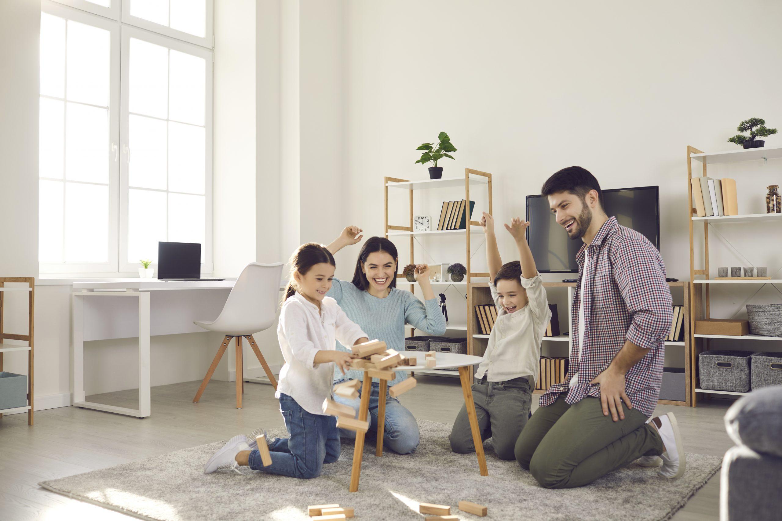 Une famille jouant aux jeux de société