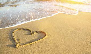 coeur sur le sable à la plage